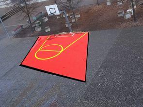 Ein Basketballfeld mit einem neuen Korb soll auch den Schulhof.